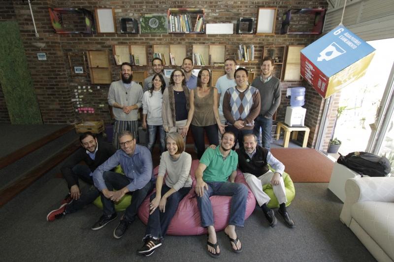 Coral Michelin (no centro) ao lado de Juliano Forster (de verde) com o grupo do Paralelo Vivo