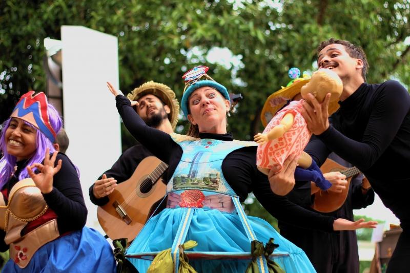 Grupo Trilho de Teatro Popular realiza duas apresentações do espetáculo de rua Umbigo neste domingo