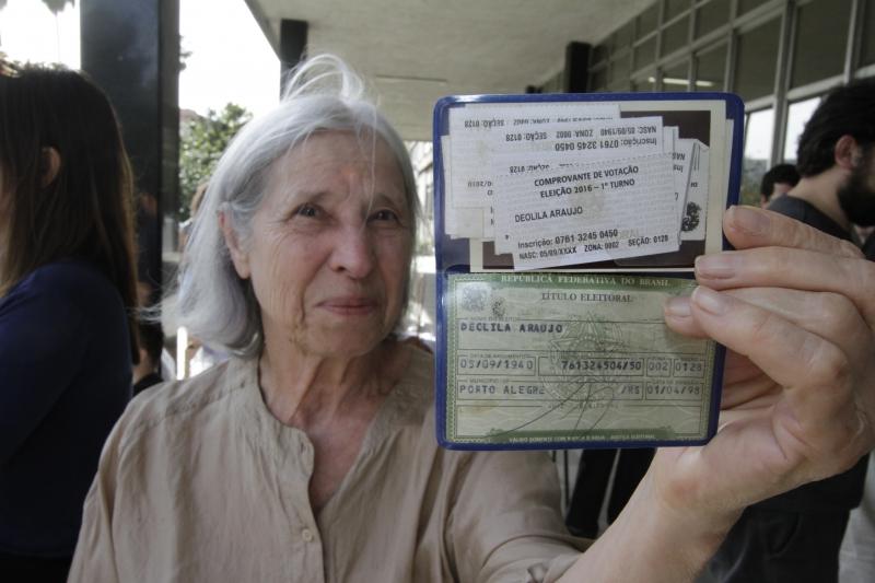 Deolila Araújo exibe a coleção de comprovantes de anos anterior