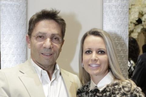 O cirurgião plástico Alberto Hodara e Greice Stefani no lançamento da revista WE
