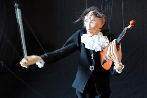 Em Canela, destaque para Colgando de um hilo, da italiana Di Filippo Marionette