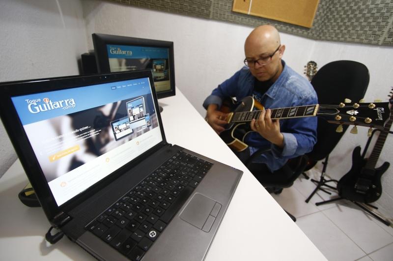 Dedé instalou um estúdio em casa para produzir material, como videoaulas, que serão disponibilizadas na plataforma Toque Guitarra, a ser lançada em breve