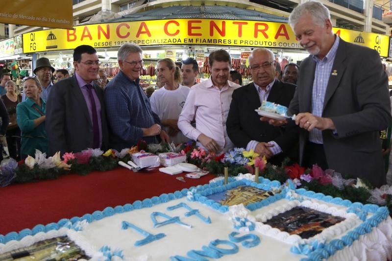 Tradicional distribuição de bolo a clientes e visitantes marcou aniversário de 147 anos do Mercado Público