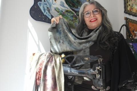 Jane vende esta echarpe de seda com estampa vegetal por R$ 280,00