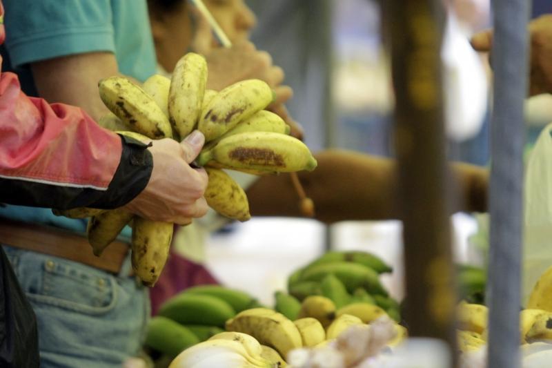 Entre os sete produtos que recuaram, o preço da banana ficou 15,82% mais barato no mês passado