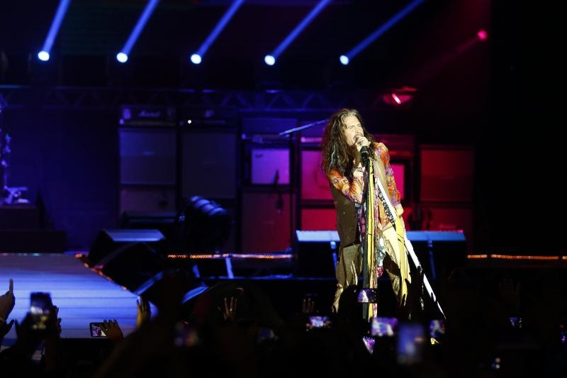 Banda de Steven Tyler animou o público em noite repleta de hits em Porto Alegre
