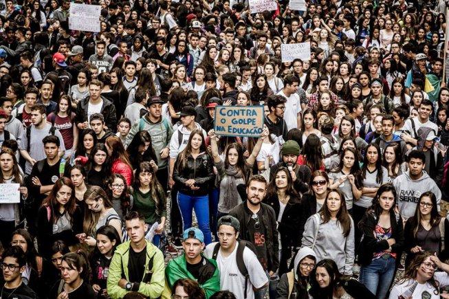 Estudantes e professores do Paraná protestam contra reforma do Ensino Médio e teto de gastos