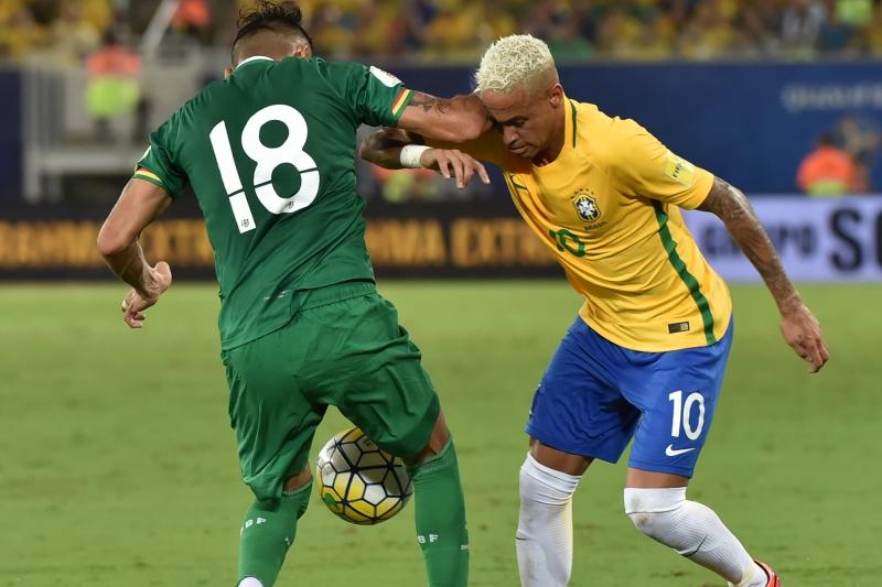 O jogador boliviano acertou uma cotovelada no rosto de Neymar no último jogo da seleção pelas Eliminatórias