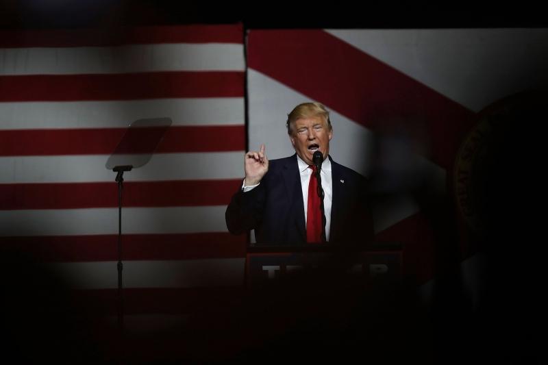 Em um comício em West Palm Beach, no estado da Flórida, ele disse que há uma conspiração internacional para dominar o povo americano
