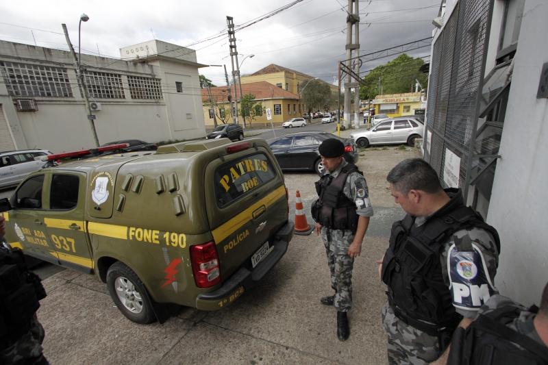 Na 3ª DPPA, policiais militares tiveram de vigiar presos em em veículo