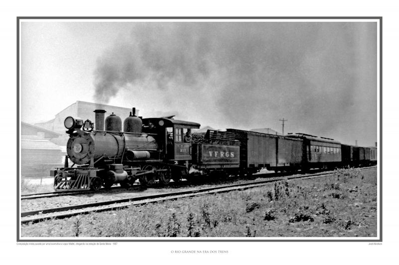 Composição mista puxada por uma locomotiva a vapor Mallet, chegando na estação de Santa Maria, em 1957