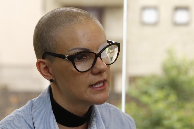 Entrevista com Tanira, dona do salão de beleza Além do Pello, que oferece tratamento capilar para vítimas do câncer.