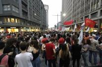 Estudantes realizam ato contra PEC 241 no Centro de Porto Alegre