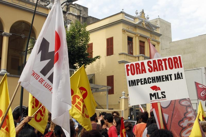Ato de docentes saiu da sede do sindicato e foi até a Praça da Matriz