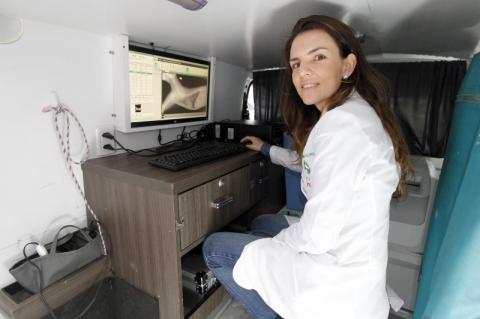 Os exames feitos na unidade móvel são enviados para a central, onde a veterinária Marília Borba emite e disponibiliza os laudos