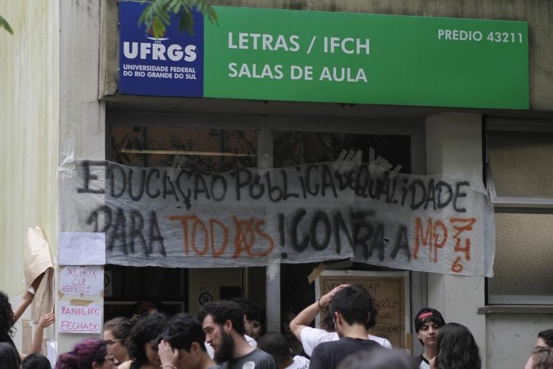 Instituto de Letras da Ufrgs foi ocupado por alunos contra a PEC 241 e contra a reforma no ensino médio.