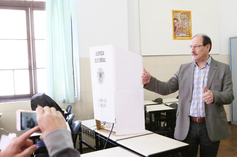 Governador José Ivo Sartori votou pela manhã no Colégio do Carmo