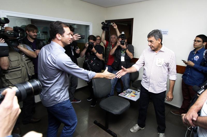 Os candidatos tiveram um encontro de segundos na sede dum das TVs onde deram entrevistas