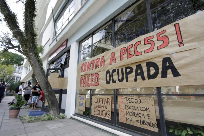 Alunos protestam contra a PEC 55 e a MP de reforma do Ensino Médio