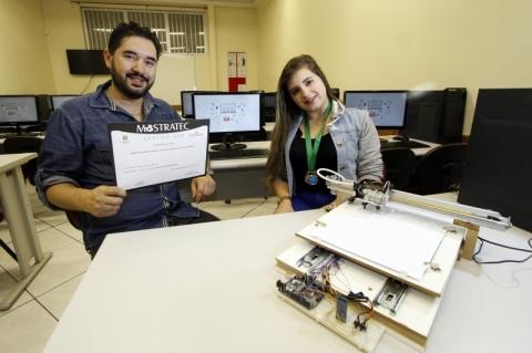 Rodrigo orientou a aluna Josiane e seus colegas no projeto