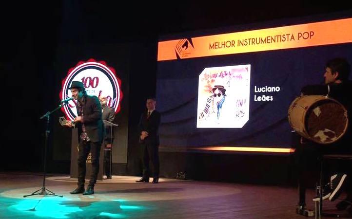 Luciano Leães recebe a estatueta na categoria instrumentista na categoria álbum de música pop