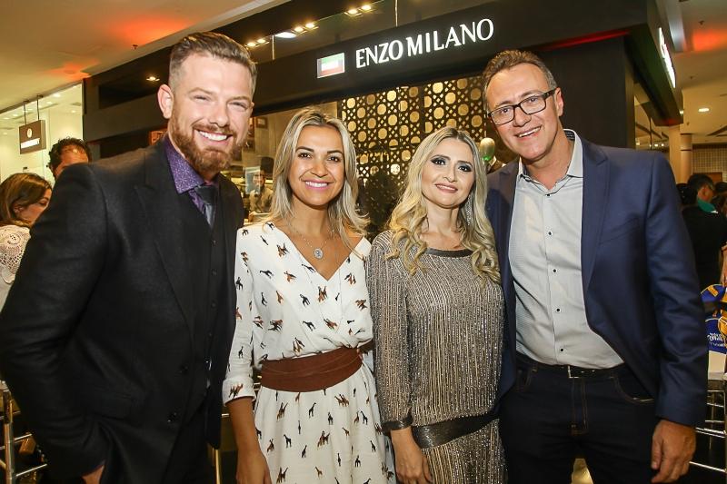 Milton e Sâmia Petry com Elisângela e Alessandro Baldessar receberam os convidados