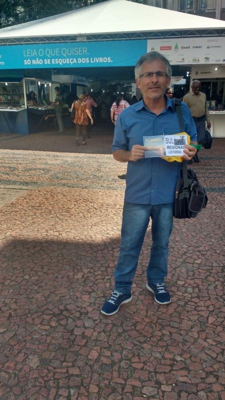 Luis Fiorenza vende CDs com poesias próprias na feira