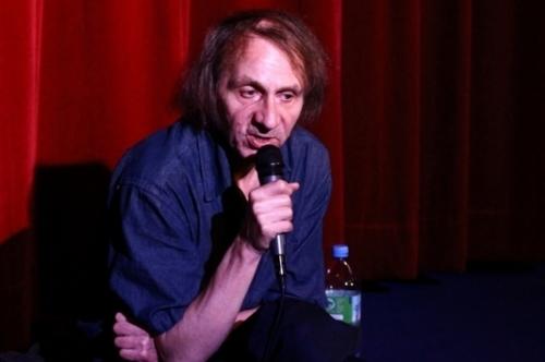 Escritor francês realiza conferência em Porto Alegre nesta noite