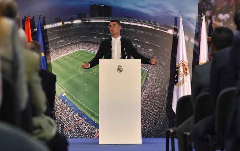 Em evento especial no Santiago Bernabéu, o atacante Cristiano Ronaldo renovou seu contrato com o Real Madrid até junho de 2021