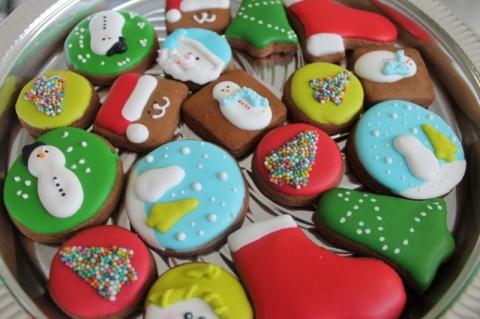 Cada biscoito é decorado à mão, o que exige paciência e criatividade