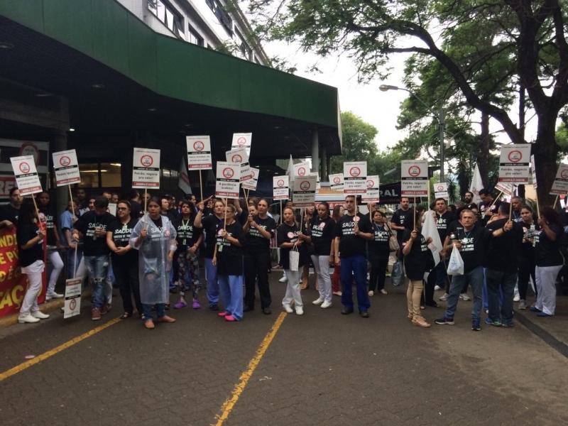 9/11/2016 - paralisação de profissionais da área da saúde na frente do Hospital Conceição