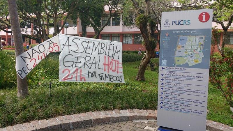 Cartazes no campus da Pucrs indicam ocupação de alunos de cursos como da Famecos