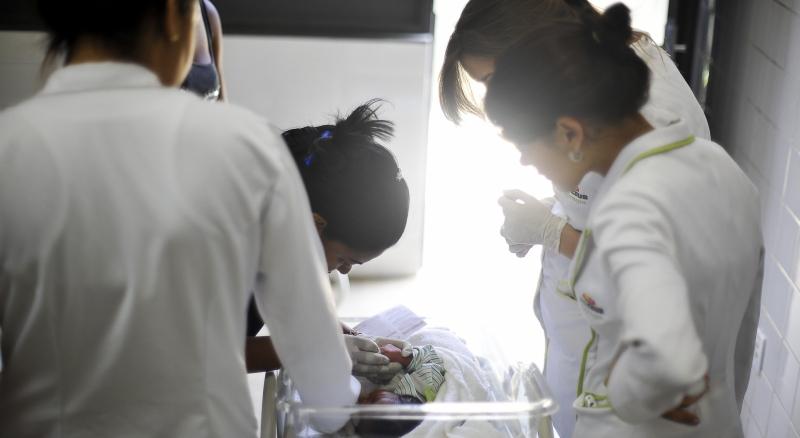 Equipes de saúde examinam bebê com suspeita de ter microcefalia
