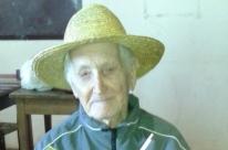 João Luiz Dall Alba, com seus 93 anos, ainda tece chapéus