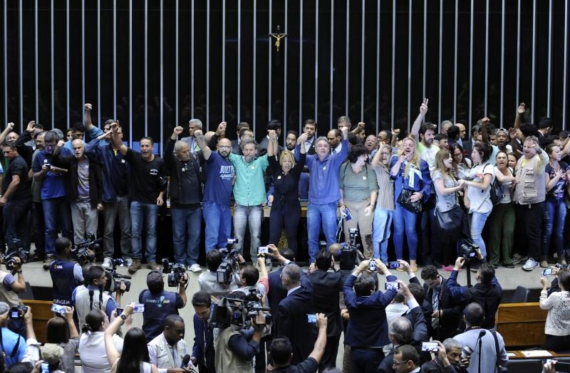 Manifestantes invadem plenário da Câmara dos Deputados foi invadido por manifestantes no momento em que os deputados discursavam à espera de quórum para o início da Ordem do Dia da sessão extraordinária.