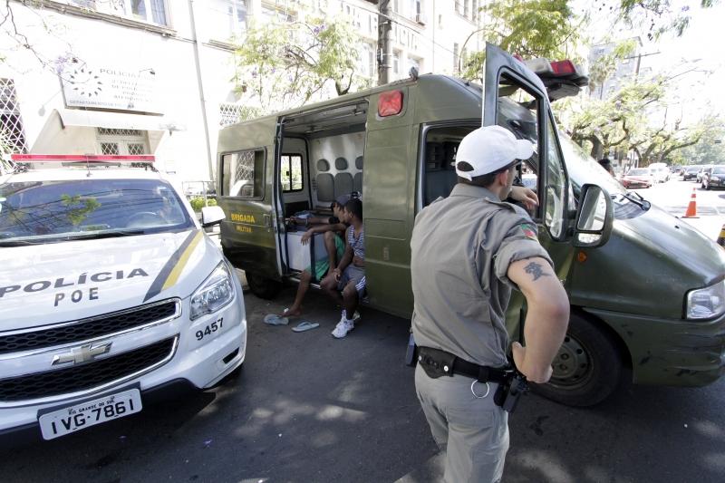 Novamente, presos estão sendo mantidos em viaturas na frente do Palácio da Polícia. 24/11/16