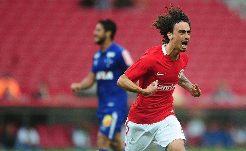Jogador Valdívia comemora aos marcar gol da vitória do Internacional sobre o Cruzeiro no Beira-Rio