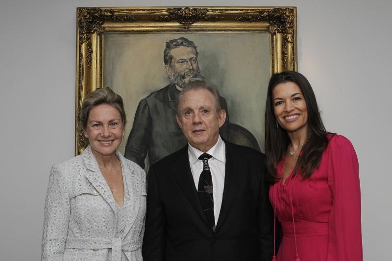 A deputada Regina Becker com o homenageado, Alexandre Grendene Bartelle, e Nora Teixeira