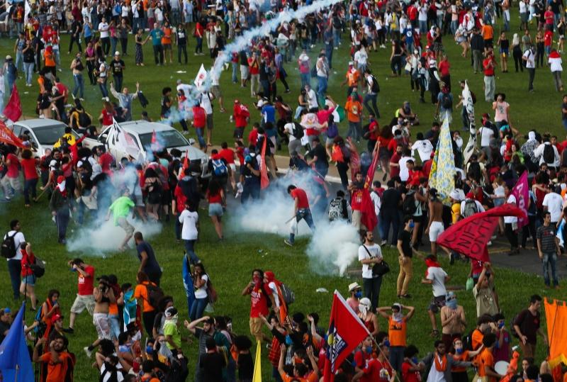 Polícia Militar dispersou à força multidão que se concentrou no gramado do Congresso