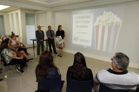 Treinamento de equipe de vendas do JC sobre campanha de assinaturas no salão de festas do Jornal