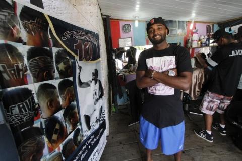 Barbearia da Vila Cruzeiro atende média de 50 pessoas por dia