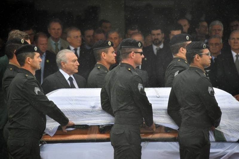 Resultado de imagem para Debaixo de chuva e muita emoção, corpos das vítimas são recebidos em Chapecó