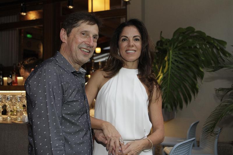 Pedro Hoffmann e Andrea Martins receberam os convidados no deck do Peppo