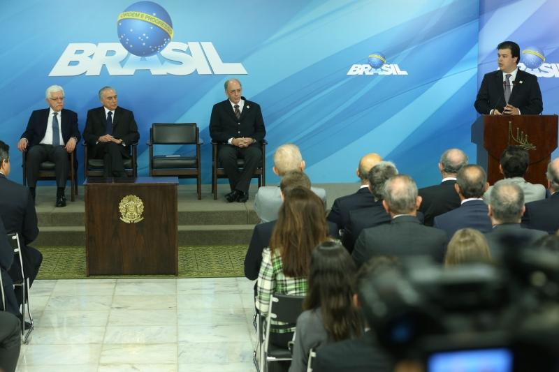 Ministro Moreira Franco (PPI), presidente Michel Temer, presidente da Petrobras, Pedro Parente, e ministro Fernando Bezerra Filho (MME) participaram da cerimônia de sanção