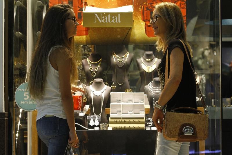 Rosangela (d) e a filha, Isabela, resolveram readequar hábitos, como, por exemplo, evitar compras por impulso