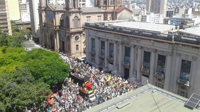 Manifestantes em frente ao Palácio Piratini contra pacote do governo Sartori