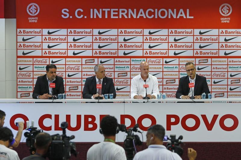 Inter apresenta seu novo treinador, Antônio Carlos Zago.