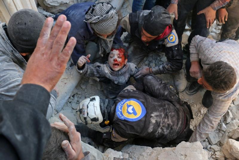 Menino é resgatado dos escombros; 13 crianças teriam morrido