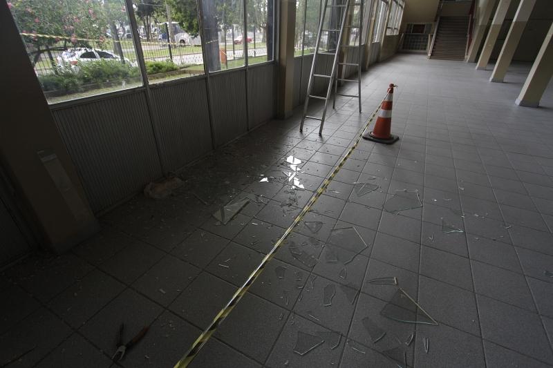 Vidraças foram quebradas e área está interditada