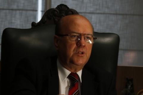 Secretário diz que 'lugar de preso não é em delegacia, muito menos em lixeira'
